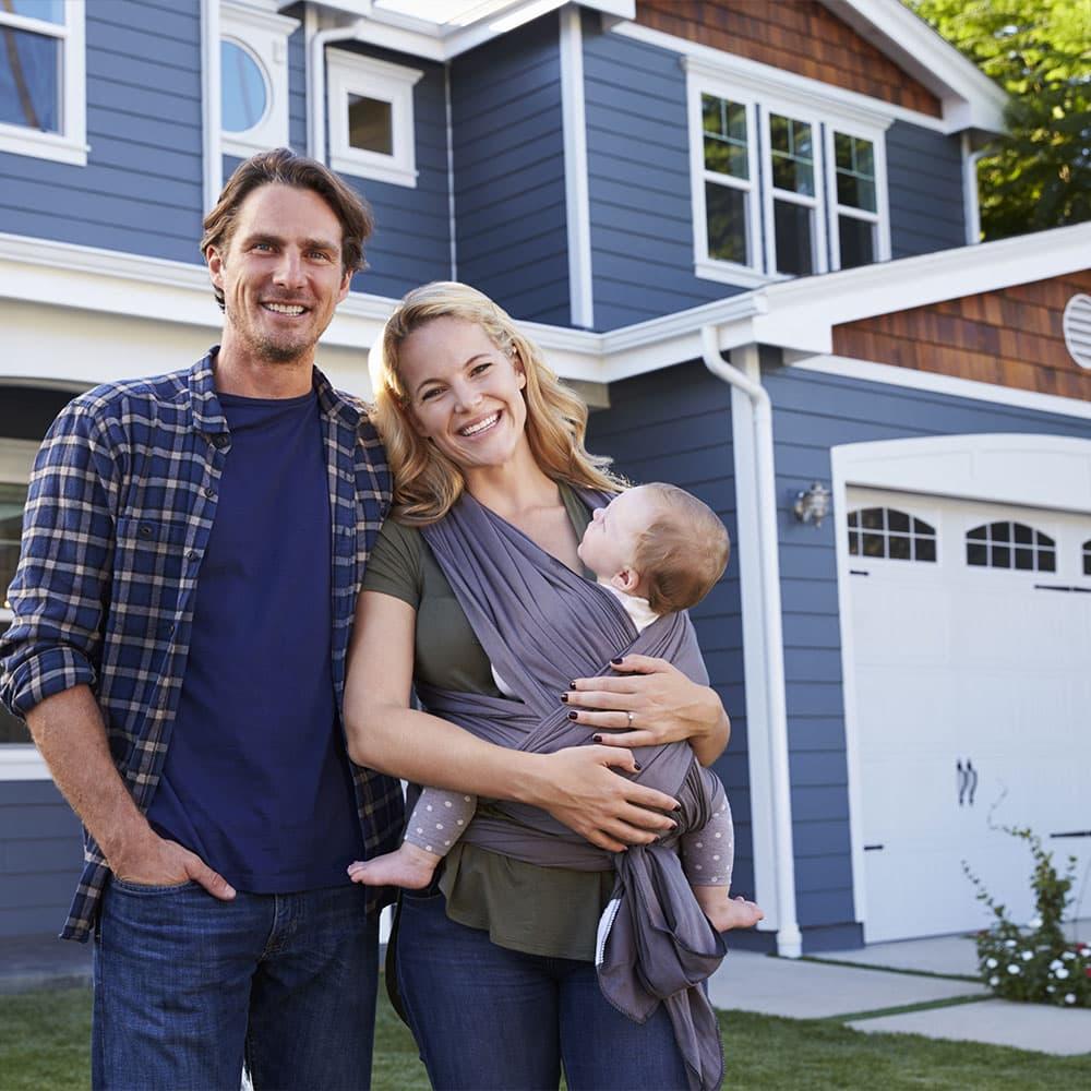 familie steht vor eigenheim haus eigentraum